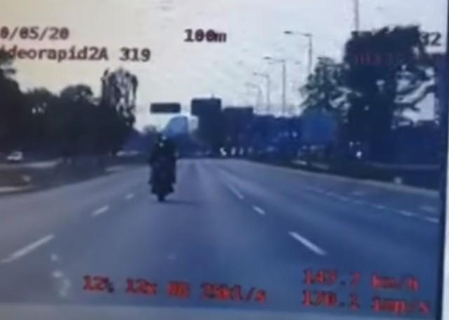 Policyjny pościg ulicami Poznania zakończył się stłuczką motocyklisty z samochodem osobowym