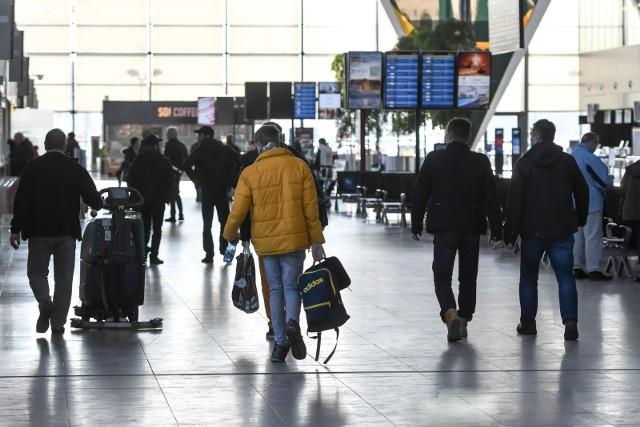 Po przyjeździe podróżnym nadal zaleca się 14-dniową samoizolację.