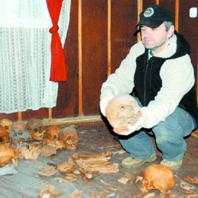 – To nie był porządny pochówek. Ludzkie szczątki złożono bezładnie w krypcie. Jest ich bardzo dużo – mówi archeolog Wiesław Więckowski.