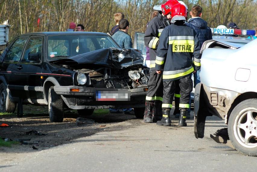 Wypadek w Wilczy: Motocyklista w szpitalu po uderzeniu przez dwa samochody