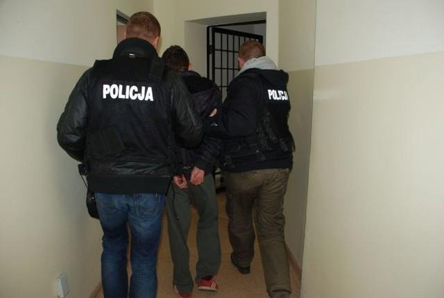 Jeden z zatrzymanych przez policję napastników podczas doprowadzania go do komendy.