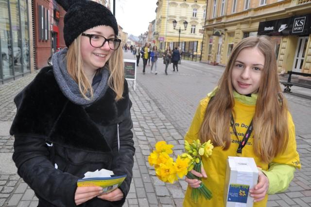 Młodzi wolontariusze na ulicach Szczecinka.