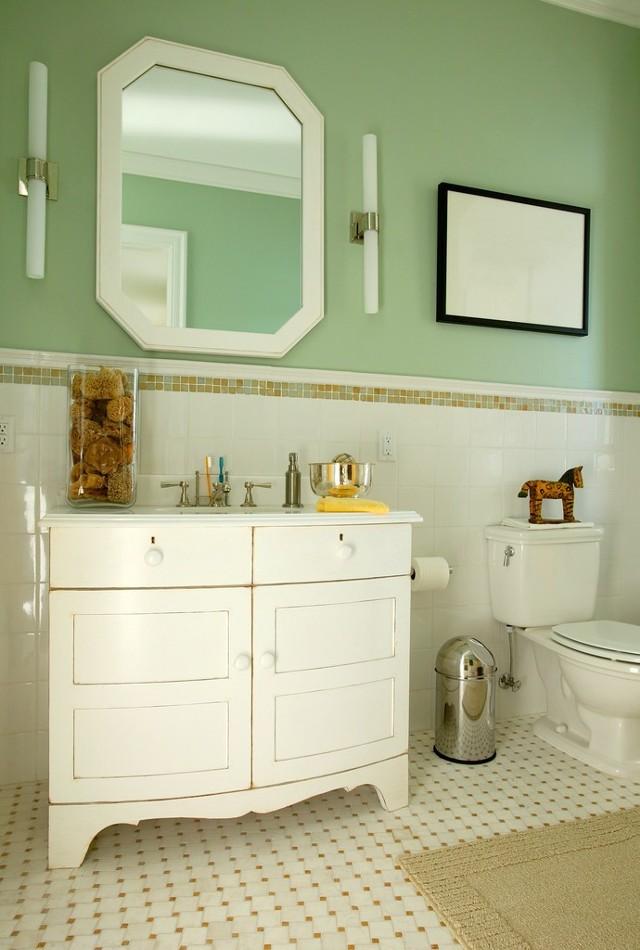 Łazienka ze ścianami pomalowanymi na zielonoW łazience warto zastosować emulsję lateksową, która jest odporna na działanie wody.
