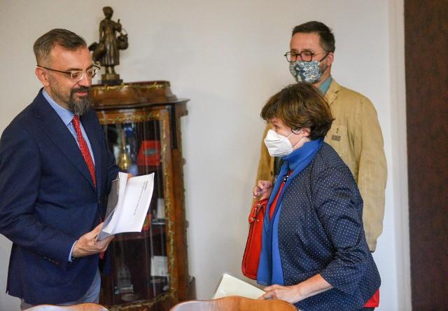 Pod petycją w obronie lasu na Wrzosach, którą w czwartek przedstawiciele Zielonych Wrzosów wręczyli przewodniczącemu Rady Miasta Torunia Marcinowi Czyżniewskiemu, podpisało się 2240 osób