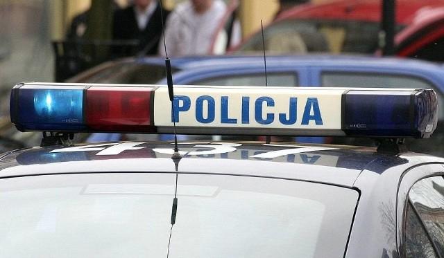 Policjanci musieli wybić szybę w samochodzie, żeby wydostać ze środka czteromiesięczne dziecko.