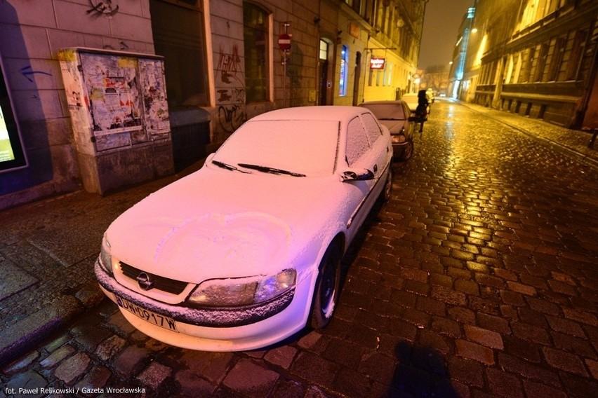 Ślisko na drogach i fatalne warunki do jazdy w całym Wrocławiu (ZDJĘCIA, PROGNOZA)