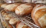 Tyle można było kupić bochenków chleba za najniższą krajową pensję w przeszłości