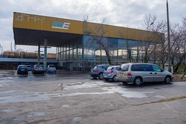 Dworzec PKP w Mościcach od 2012 roku jest zamknięty na cztery spusty i popada w ruinę