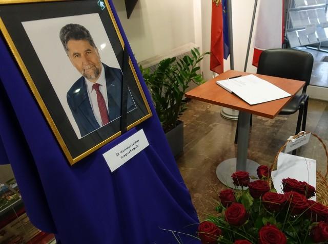 Księga kondolencyjna będzie wystawiona w holu starostwa do czasu pogrzebu śp. Grzegorza Szetyńskiego