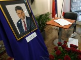 W Bielsku-Białej żegnają zmarłego wicestarostę Grzegorza Szetyńskiego: księga kondolencyjna w holu starostwa