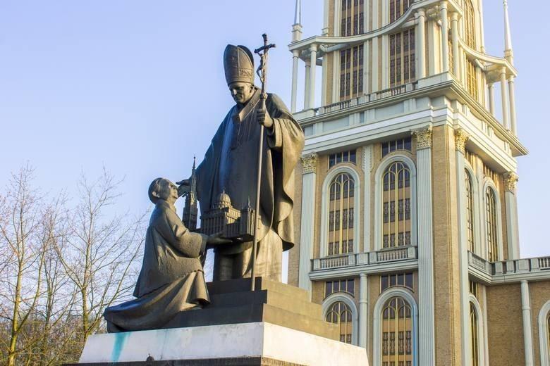 W Licheniu do dzisiaj stoi pomnik księdza Eugeniusza M. z...