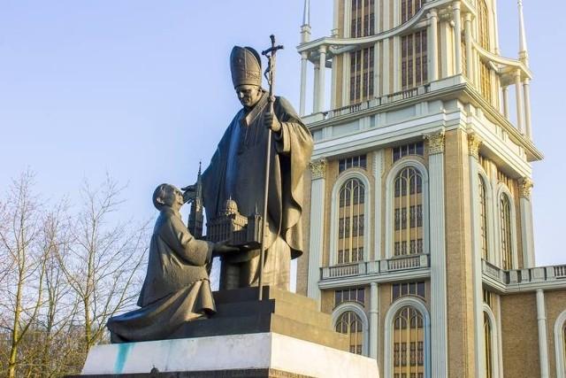 W Licheniu do dzisiaj stoi pomnik księdza Eugeniusza M. z Janem Pawłem II