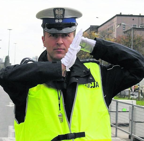 Przejeżdżają przez skrzyżowanie tylko ci, do których policjant stoi bokiem. Rękoma wskazuje kierunek jazdy