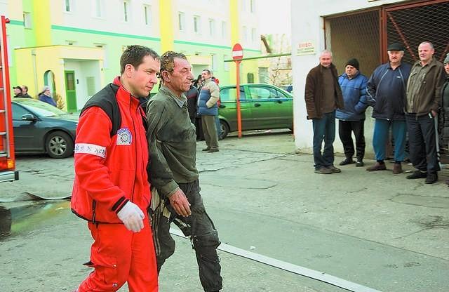 Jak to możliwe? - Miał bardzo dużo szczęścia. To niemalże cud, że przeżył. Ale upadł na jakieś bambetle - mówią strażacy. Według innej wersji - na gruz. Cokolwiek to było, uratowało mu życie.