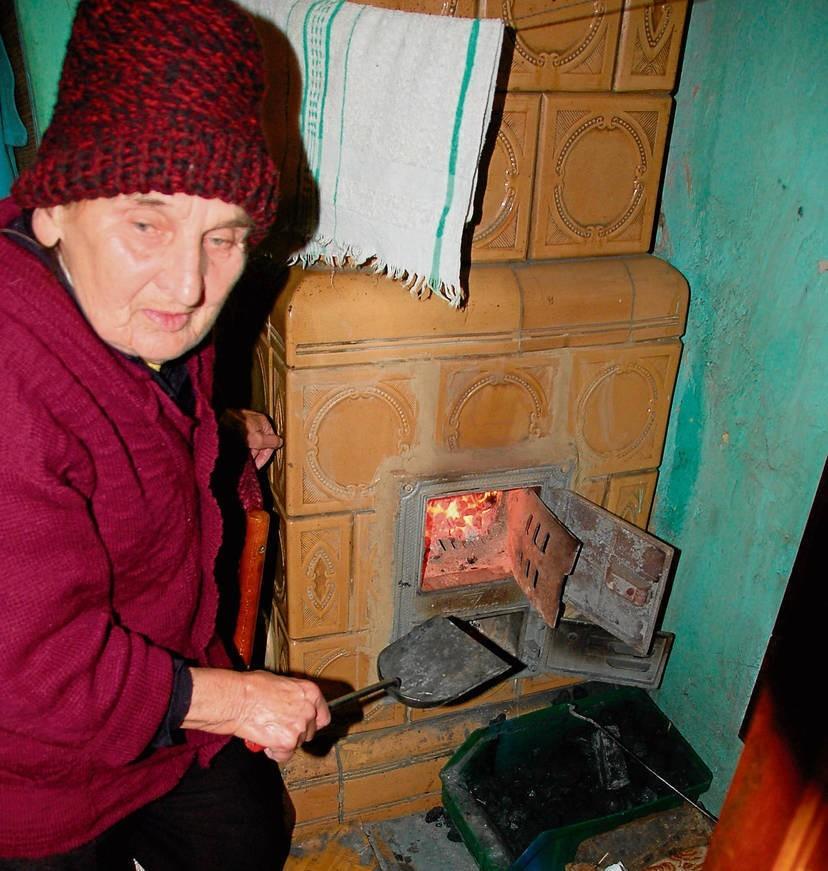 Kazimiera Rojkowicz pali węglem, bo jak mówi, nie stać jej na zakup pieca gazowego i montaż instalacji. – Chętnie pozbyłabym się pieca kaflowego, ale muszę jakoś ogrzewać mieszkanie – dodaje