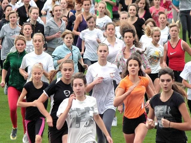 W biegach młodzieżowych co roku startują tysiące zawodniczek i zawodników.