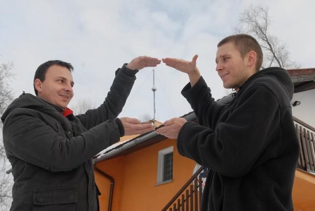 Jakub Szulc i Radomir Gwiazda pokazują tylko zewnętrzne atrybuty stacji meteo: wiatromierz i kamerę. Cały cenny sprzęt jest w Woprówce.