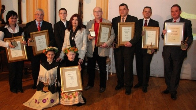 Na zdjęciu od lewej: Aldona Tront (Stacja Caritas) Jerzy Musiał (Sport, rekreacja), Danuta Zalewska z uczniami (Izba Regionalna), Bogdan Madziewicz (Kominki Łubniańskie), Dariusz Sznotala (Rudatom), Maciej Skucik (Stegu), Bernard Holik (Hol-Bud).