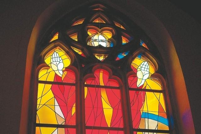 Jeden z wielu witraży w kościele św. Jakuba w Nysie, czyli w bazylice mniejszej. Proboszcz dba o kolorowe mozaiki, sięgając po fundusze unijne, korzystając ze wsparcia samorządów i... - bez wątpienia - z Bożej pomocy.