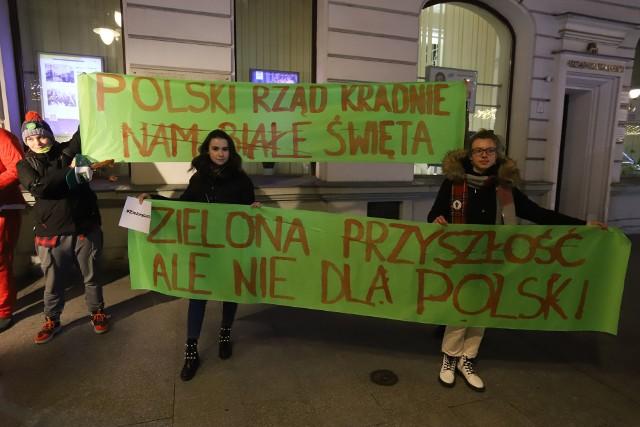 Przedstawiciele Strajku dla Ziemi zorganizowali happening. Pojawili się na ul. Piotrkowskiej, przed siedzibą Urzędu Wojewódzkiego. Protestowali przeciwko temu, że premier Mateusz Mazowiecki na posiedzeniu Rady Europejskiej nie zdecydował się na to, by Polska do 2050 roku osiągnęła neutralność klimatyczną. Jeden z przedstawicieli Strajku dla Ziemi założył maskę z podobizną premiera Morawieckiego i przebrał się za Mikołaja.CZYTAJ WIĘCEJ >>>>