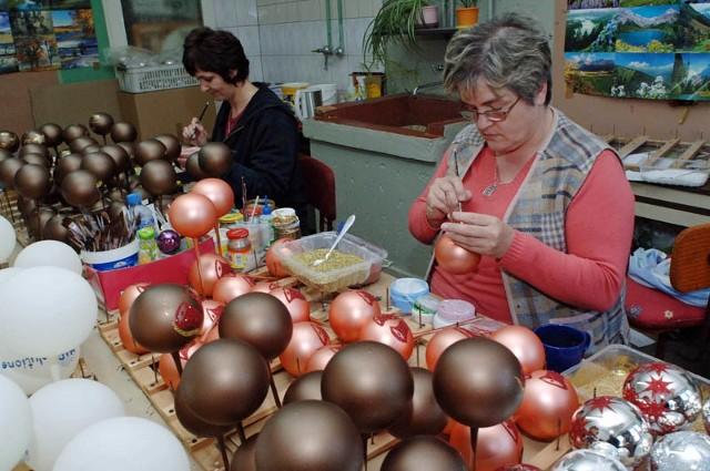 Danuta Kuźma (z prawej) i Janina Jagodzińska ręcznie malują i zdobią bombki. A robią to z taką precyzją, że każda z ozdób wygląda identycznie.