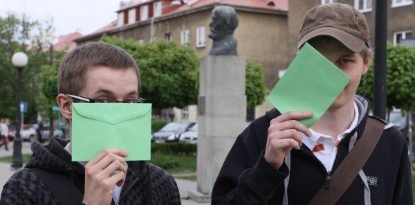 Gra miejska to coś nowego. Będą tajemnice i wspólne poznawanie miasta - zachęcają Maciek Korsan i Paweł Golonko. Start w sobotę, o godz. 16, sprzed pomnika Zamenhofa.