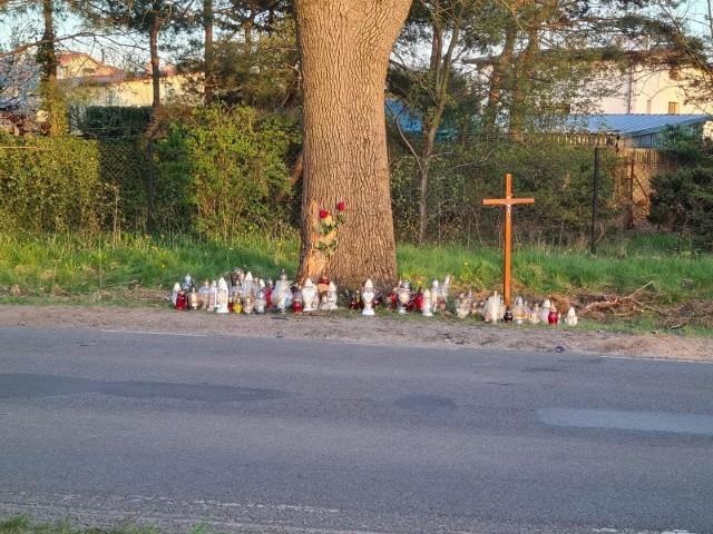 Przyjaciele trojga motocyklistów, którzy w sobotę wieczorem zginęli w wypadku w Aleksandrowie Łódzkim, zorganizowali zbiórkę pieniędzy dla rodzin zmarłych. 43-letni kierowca jednośladu marki suzuki oraz jego o rok młodsza pasażerka osierocili syna. 40-letni kierowca suzuki miał żonę i trójkę dzieci. CZYTAJ WIĘCEJ NA NASTĘPNEJ STRONIE