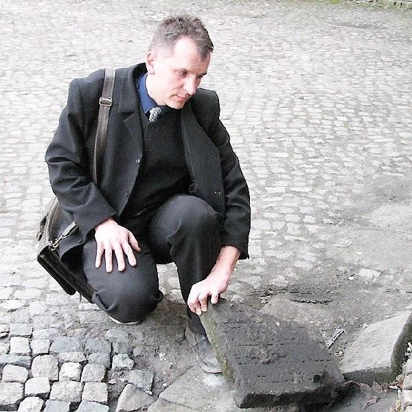 Dariusz Mielcarek pokazuje jedną z macew przy III LO w Inowrocławiu