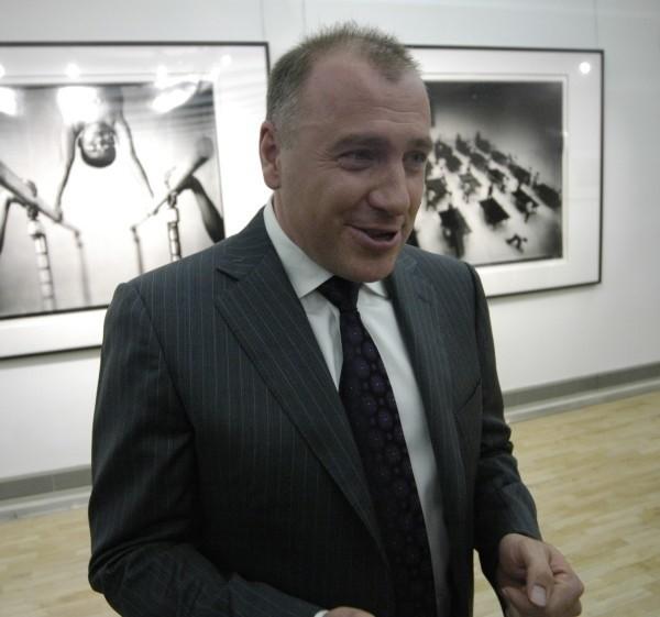 Tomasz Gudzowaty na tle swoich prac.