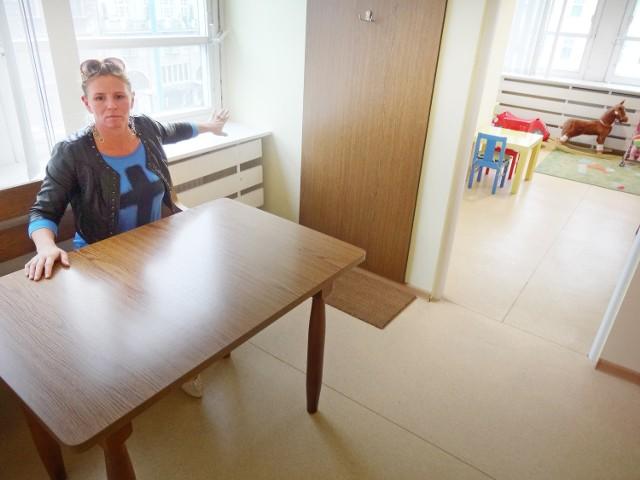 Anna Witkowska siedząc przy drewnianym stoliku musiała wypełniać testy psychologiczne. W tym czasie jej syn wspinał się na parapet, a córka biegała po korytarzu. Nikt nie pomógł matce