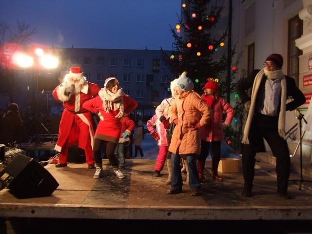 W przerwach między losowaniami dzieci rozgrzewał Święty Mikołaj, który wraz z nimi i swoimi pomocnikami zatańczył Makarenę, Poloneza, Krakowiaka, Taniec Zorby i Walca Wiedeńskiego.
