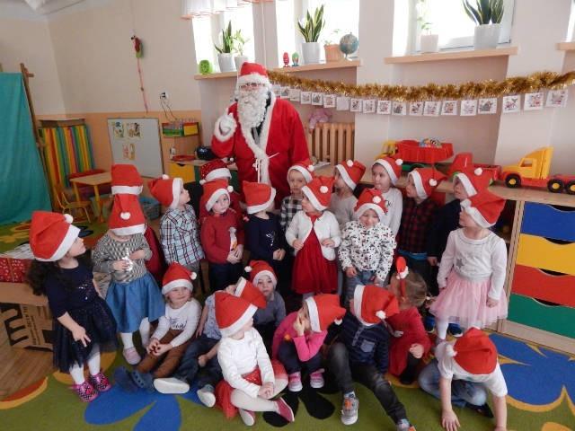 Wspólne zdjęcia przedszkolaków z Mikołajem będą wspaniałą pamiątką.