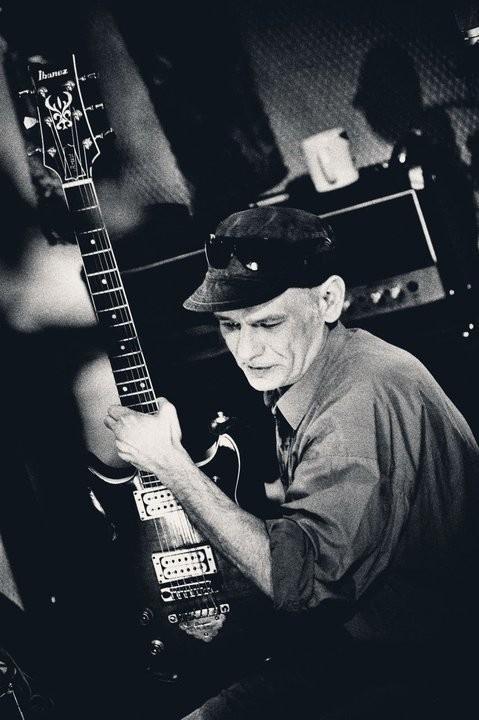 Wokalistą i gitarzystą Kryzysu jest Robert Brylewski