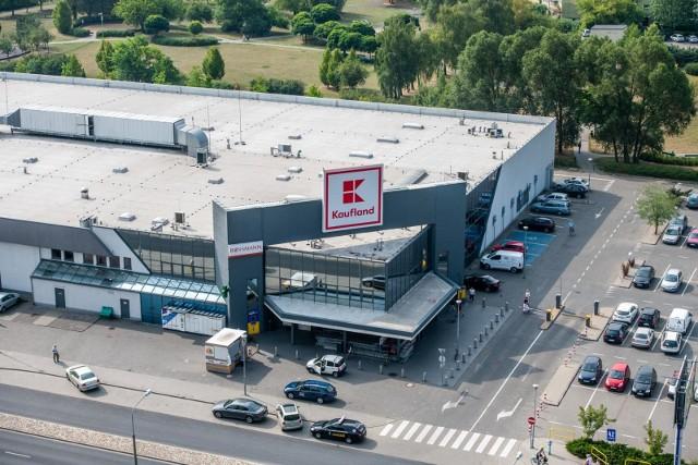 Mobilne punkty odbioru zamówień to zaparkowane na parkingach Kauflandu samochody sieci IKEA.