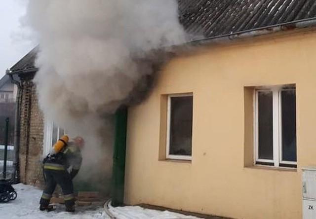 Pożar domu w centrum. W środku kobieta i dziecko