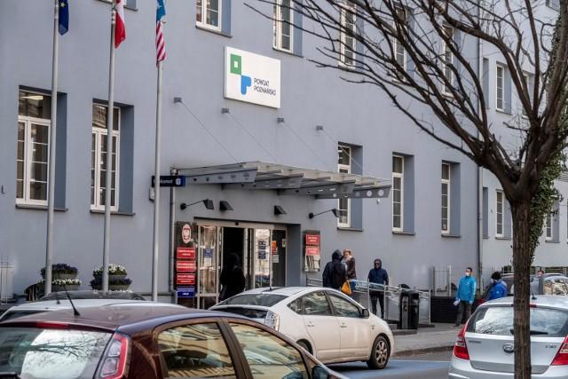 W związku na rozprzestrzenianie się koronawirusa Jan Grabkowski, starosta poznański zdecydował o wstrzymaniu od 31 marca bezpośredniej obsługi klientów, przychodzących do Starostwa Powiatowego