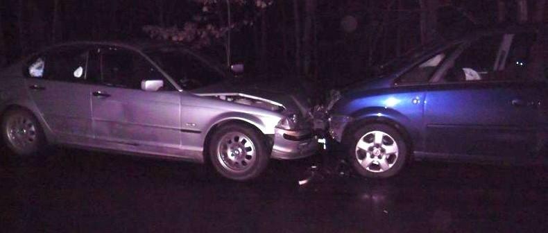 Mężczyźni z bmw nie chcą się przyznać, który z nich prowadził auto, a który był pasażerem. Policjanci muszą to wyjaśnić.