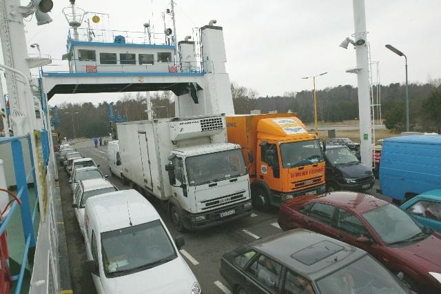 """Promy """"Karsibór"""" to jedyna droga do centrum miasta, którą dojechać mogą duże ciężarówki. - """"Bieliki"""" nie będą w stanie ich przewieźć, bo nie są do tego przystosowane - mówią pracownicy Żeglugi Świnoujskiej. - Jeśli ich nie zmodernizujemy, to któregoś dnia może się okazać, że miasto stanie się zamkniętym dla ciężarówek."""