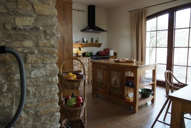 Kuchnia z wyspąKuchnia z wyspą jest nie tylko oryginalnym rozwiązaniem, ale także bardzo pomysłowym. Wyeksponowane, wolno stojące stanowisko pracy, odsunięte od ściany i umieszczone na środku kuchni wydobędzie z cienia osoby przyrządzające posiłki i pozwali na prezentację ich kulinarnego kunsztu. Wyspę kuchenną mogą tworzyć np. blat roboczy z płytą kuchenną, kuchenką lub zlewozmywakiem. Do wyspy może być dołączona także powierzchnia do spożywania posiłków, np. stół.