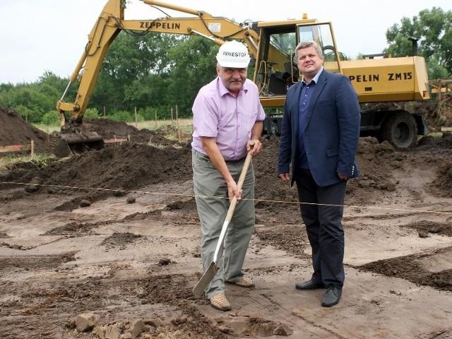 TocicePrezesa TTBS Stanisław Żmuda (obok prezydent Tarnobrzega Norbert Mastalerz) symbolicznie wbija łopatę w miejscu, gdzie wybudowany zostanie jeden z domów.