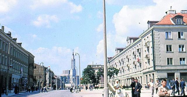 To niezwykłe, unikalne zdjęcie powstało w latach 1957-1958. Wtedy barwne fotografia były rzadkością. W tle ulica Lipowa, kościół św. Rocha. Autor nieznany.
