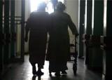 Rodziny nie chcą odbierać ze szpitala staruszków po koronawirusie
