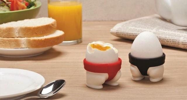 Zabawne kieliszki na jajka to oryginalny pomysł na prezent zarówno dla młodej pary, jak i na nowe mieszkanie. Wywoła uśmiech na twarzach obdarowanych osób.