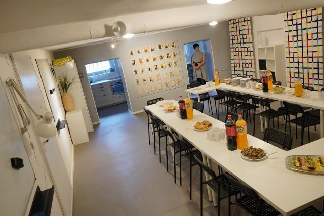 """Wolontariusze IKEA Poznań wraz z nauczycielami oraz rodzicami wyremontowali świetlicę """"Klub 9"""" na poznańskim Łazarzu. Dzięki temu uczniowie mogą po lekcjach korzystać z nowoczesnego, dobrze wyposażonego pomieszczenia. Otwarcie świetlicy odbyło się we wtorek, 10 grudnia. Przejdź do kolejnego zdjęcia --->"""