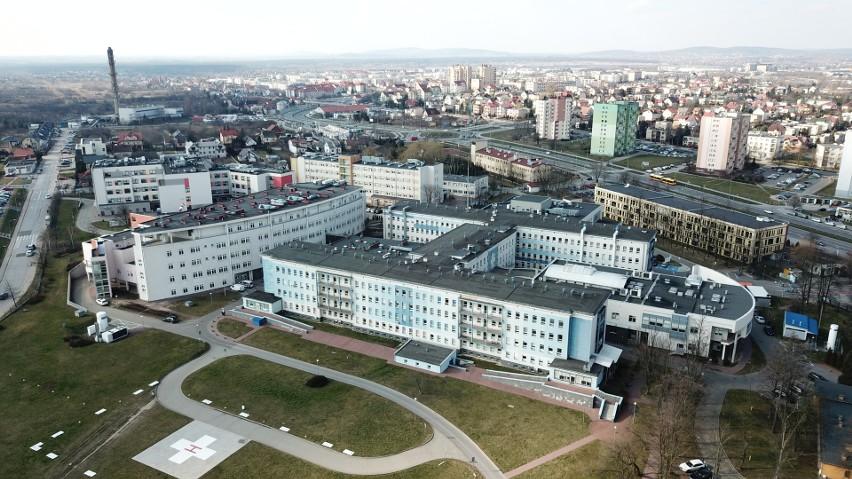 Kielecki szpital jak forteca. Wpuszcza tylko nielicznych (WIDEO Z DRONA)
