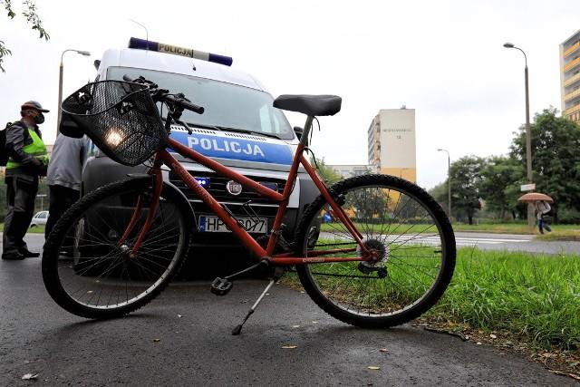 W czwartek ok. godz. 9.30 przy ul. Dziewulskiego na Rubinkowie doszło do groźnie wyglądającego zdarzenia drogowego. Na przejściu dla pieszych samochód marki BMW uderzył w rowerzystę. Na szczęście nikomu nic się nie stało, nie trzeba było nawet wzywać karetki. Jak ustalili policjanci, których wezwano na miejsce zdarzenia, winę za nie ponosi rowerzysta. Zobacz także: Luksusowe lamborghini stanęło w płomieniach na A1 [zdjęcia]Ten wjechał na przejście dla pieszych,  mimo że nie było tam ścieżki rowerowej. Tym samym nie udzielił pierwszeństwa przejazdu jadącemu z prawidłową prędkością samochodowi. Rowerzysta dostał mandat karny.Dołącz do naszej grupy WYPADKI I UTRUDNIENIA - KUJAWSKO-POMORSKIE na Facebooku!Tekst: JUSTYNA WOJCIECHOWSKA-NARLOCH