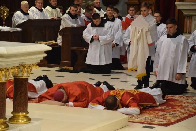 W kościołach odprawiona została liturgia Męki Pańskiej