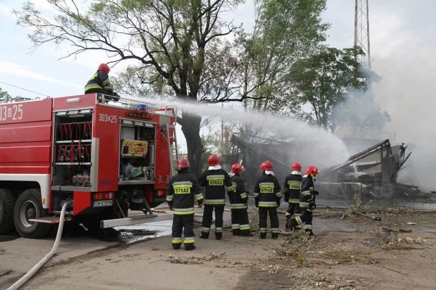 Ogromny pożar we wsi Garki. Palą się dwie stodoły.