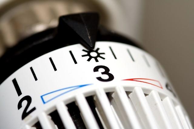"""Sezon jesienno-zimowy w pełni – nadszedł czas długich wieczorów spędzanych w domu przy gorącej herbacie. I choć wielu z nas lubi jesienną aurę, to konieczność ogrzewania domów i mieszkań, a co za tym idzie – wyższe rachunki, mogą nam popsuć dobry nastrój. Co zrobić, by oszczędzić na ogrzewaniu? Jest na to kilka sprawdzonych sposobów!Warto wiedzieć, że koszty ogrzewania to wprzypadku domu jednorodzinnego 70%, a nawet 80% całkowitych wydatków na eksploatację. 1. Dostosuj temperaturę w pomieszczeniach do ich przeznaczenia i pory dnia. Nie w każdym pomieszczeniu w domu czy w mieszkaniu spędzasz tyle samo czasu. - W pomieszczeniach pełniących funkcję pomocniczą nie ma potrzeby utrzymywania takiej temperatury, jak w pokojach, w których przebywamy. W zależności od konstrukcji budynku i rodzaju ogrzewania warto różnicować także temperaturę na """"dzienną"""" i """"nocną"""", pamiętając, że optymalna temperatura dla snu to 18ºC – radzi Tomasz Kwiatkowski, ekspert firmy ROCKWOOL Polska. Takie rozwiązanie może wydawać się mało znaczące w kontekście ponoszonych kosztów. Jednak regulując temperaturę wpomieszczeniach możesz zaoszczędzić nawet 46% zużywanej energii cieplnej, a zdaniem ekspertówobniżenie temperatury tylko o 1°C może zmniejszyć zużycie ciepła o 6% w skali sezonu grzewczego. Kolejne porady w podpisach zdjęć w galerii!Jak stworzyć zdrowy dom i co wpływa na pogorszenie powietrza w domu. Porady alergologa:"""