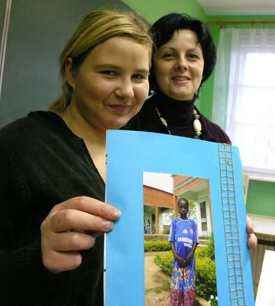 - Dzięki zebranym pieniądzom Odette Nabaloum będzie mogła się uczyć - pokazują Natalia Nowosad i Anna Budziłowicz (z tyłu).